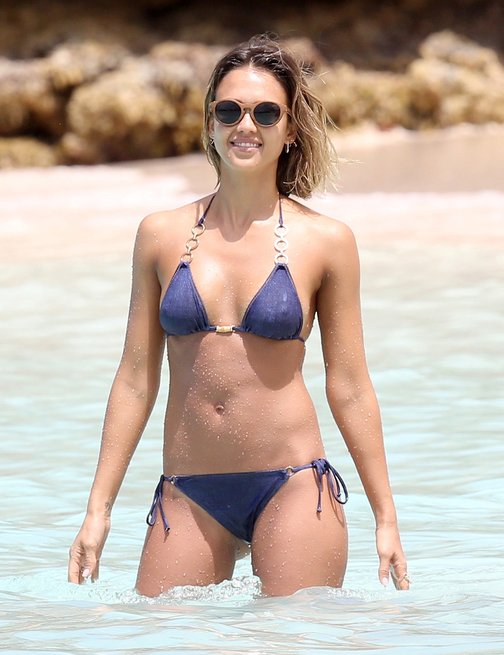 Jessica-Alba-flaunted-her-flawless-figure-during-her-Caribbean