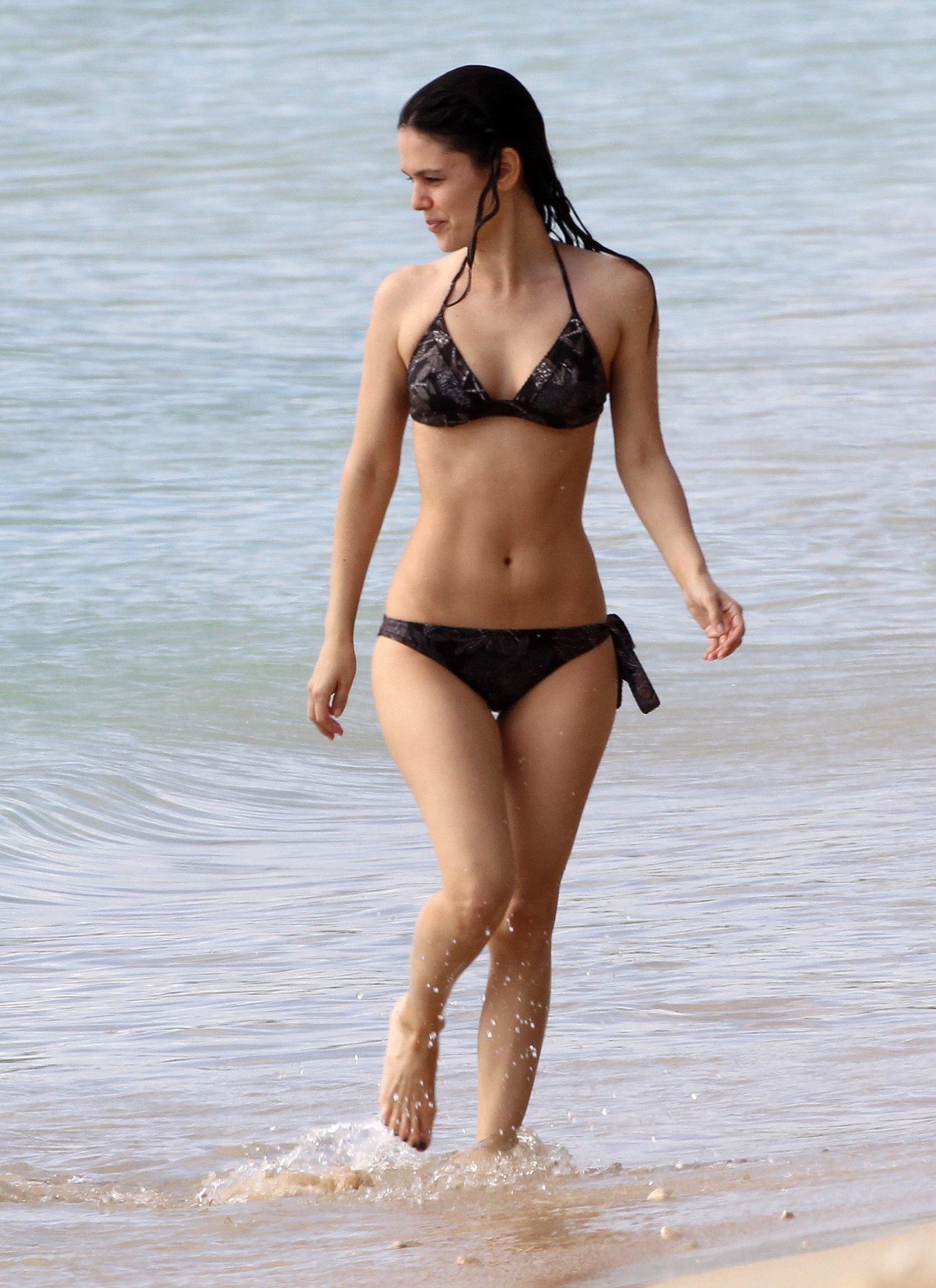 Rachel-Bilson-rocked-black-bikini-showed-off-her-toned-abs