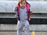 FOTO ZUM: Djevojčica uvježbava prve korake