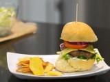 RECEPT: Domaći hamburger sa čipsom