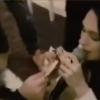 """SNIMAK SA NASTUPA: Ljupka na koljenima dok je ,,kupaju"""" novcem (video)"""