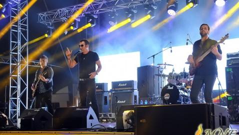"DRUGO VEČE ,,LAKE FESTA"": Romantika Ibrice Jusića, ples uz ,,Bombaj štampu"", poruke ,,Prti Bee Geea"" i ,,Punkreasa"""