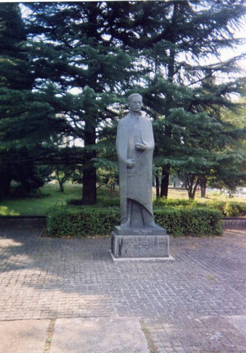 podgorica_spomenik-jovanu-tomasevicu-1a-ispred-vlade-rcg