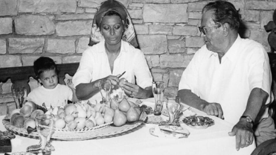 Dashing-Sophia-Loren-in-Tito-kitchen.jpg